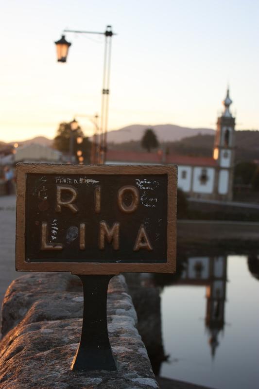 Placa con el nombre del Rio Lima