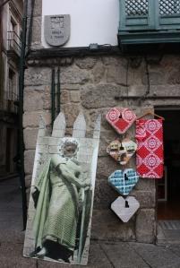 Puerta de un establecimiento comercial decorado con los corazones de Guimarães