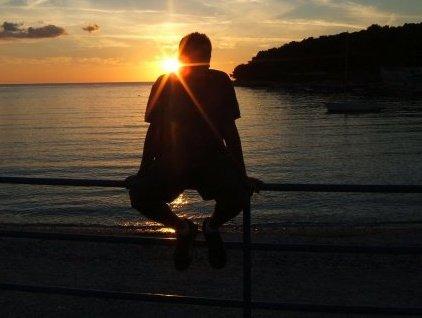 El brillo del sol de Croacia sobre la silueta de Iván es la metáfora que mejor define el brillo que ha venido adquiriendo el viajero en sus caminos. Fotografía cedida por Iván Marcos.