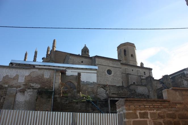 Tras un solar en obras, la catedral de Huesca.