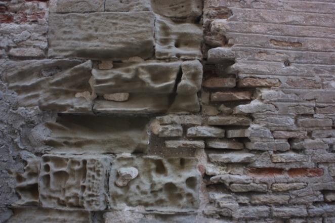 El tiempo que pasa y el tiempo que sucede erosionan los muros. Huesca. LeleSorribas2013