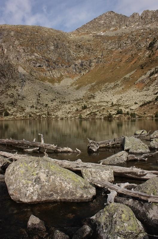 Después de caer desde la montaña, las aguas parecen mansas en los lagos.  Estany Redó. Aigüestortes. LeleSorribas2013